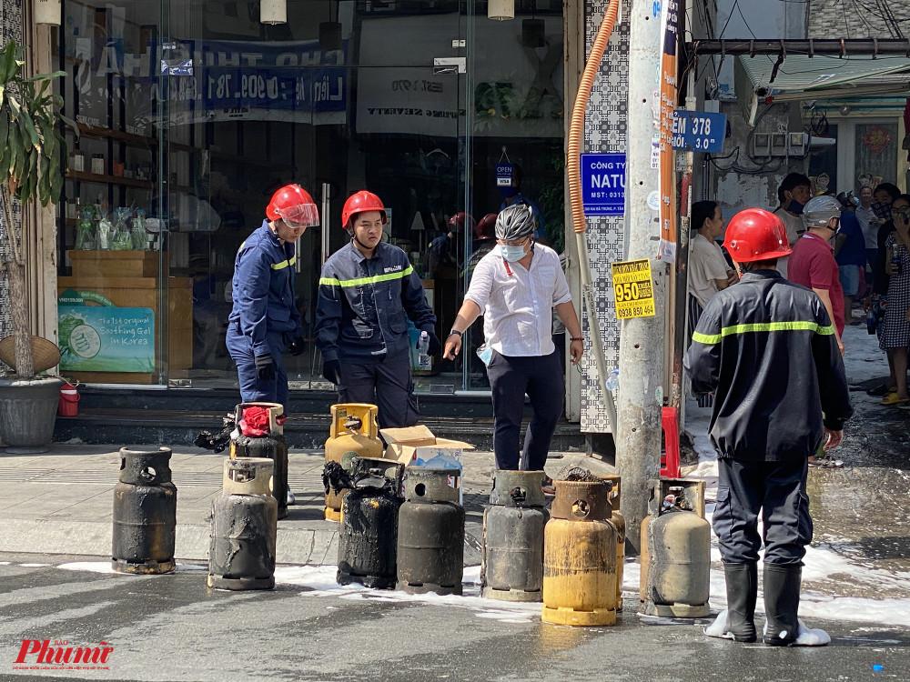 Những bình ga cháy xém được mang ra khỏi hiện trường