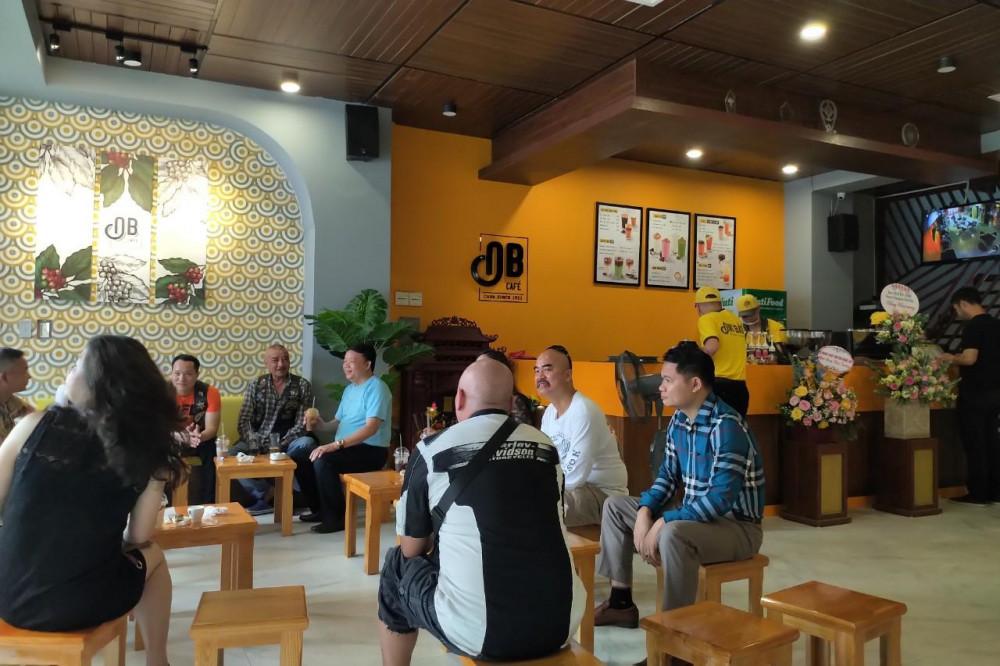 Đông đảo khách hàng đến thưởng thức cà phê trong ngày khai trương. Ảnh: Cà phê Ông Bầu cung cấp