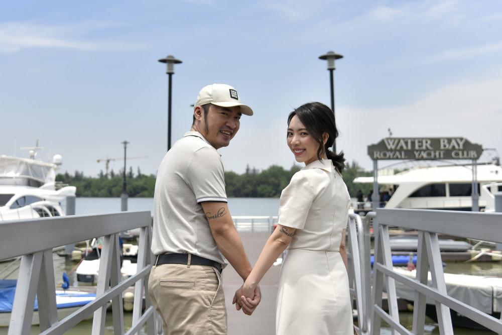 Tiến Luật, Thu Trang tại điểm xuất phát từ bến du thuyền Bình Khánh (Q.2, TP.HCM) đến Aqua City. Ảnh: Novaland