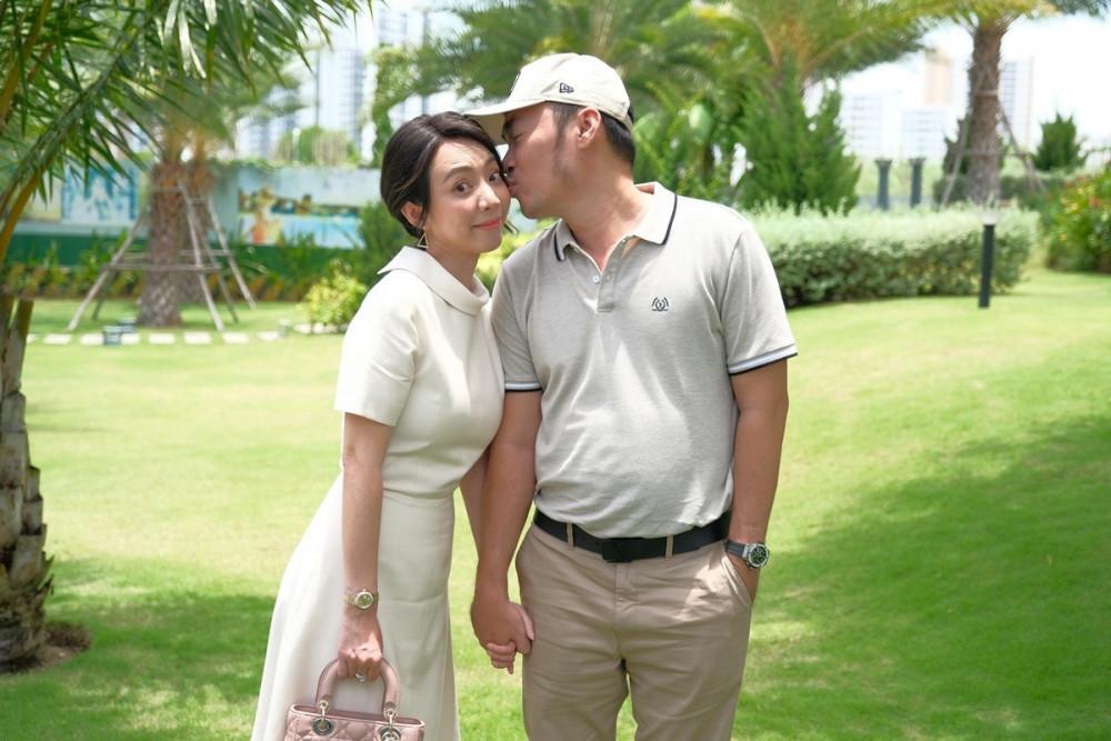 Tiến Luật hôn và trêu chọc vợ khi dạo chơi khuôn viên ngập mảng xanh. Ảnh: Novaland