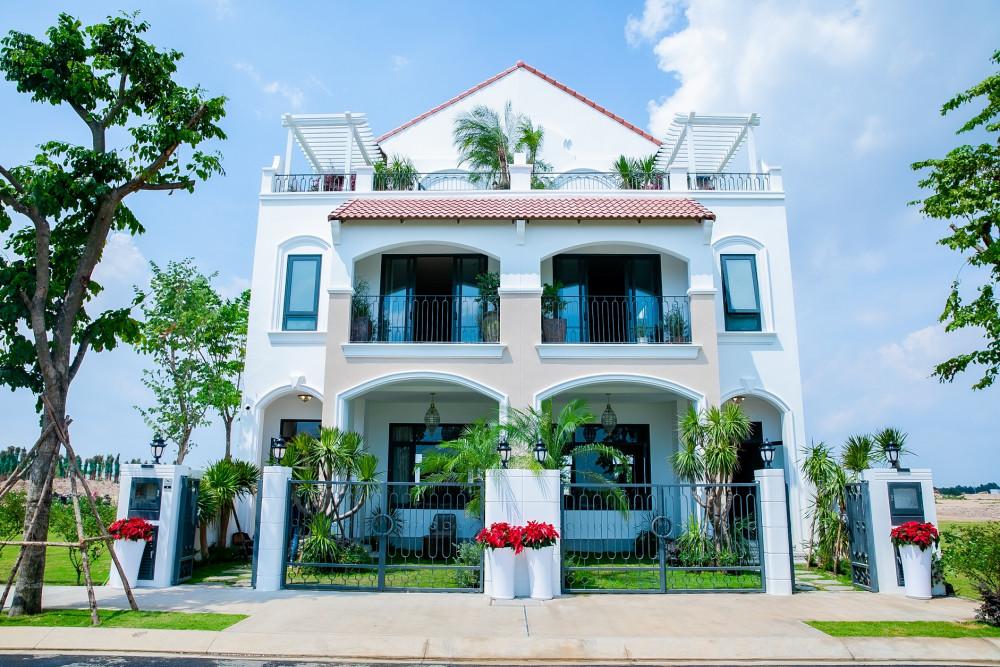 Nhà phố Deluxe Green House được thiết kế theo phong cách Địa Trung Hải, chú trọng mảng xanh