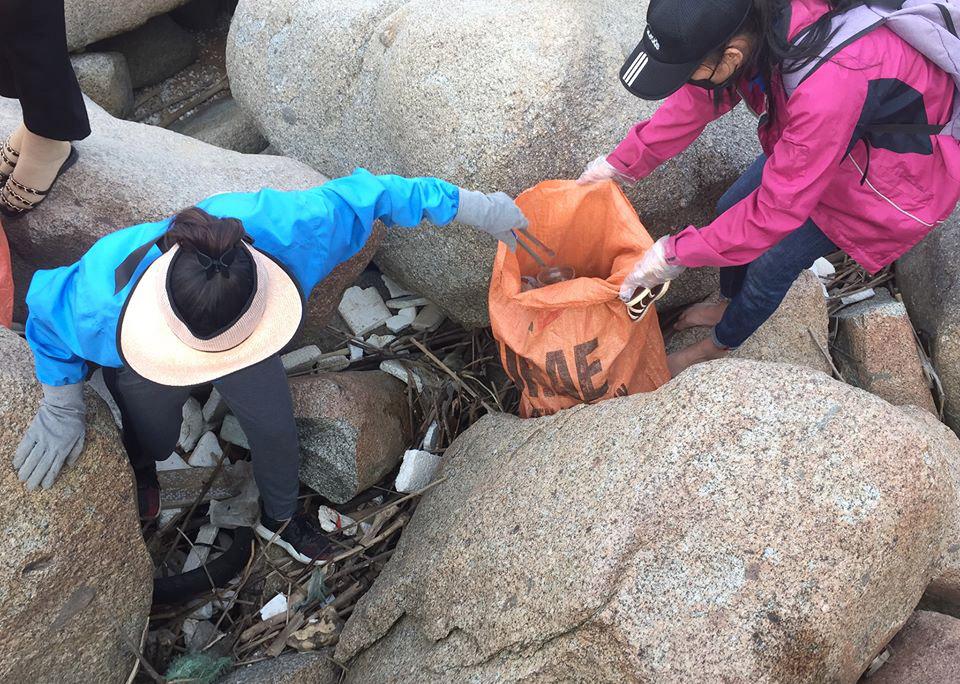 Việc thu gom rác ở các khu vực bãi đá gặp nhiều khó khăn