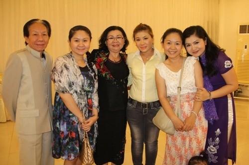Nghệ sĩ Thanh Loan (thứ ba từ trái sang) là mẹ của NSƯT Tú Sương