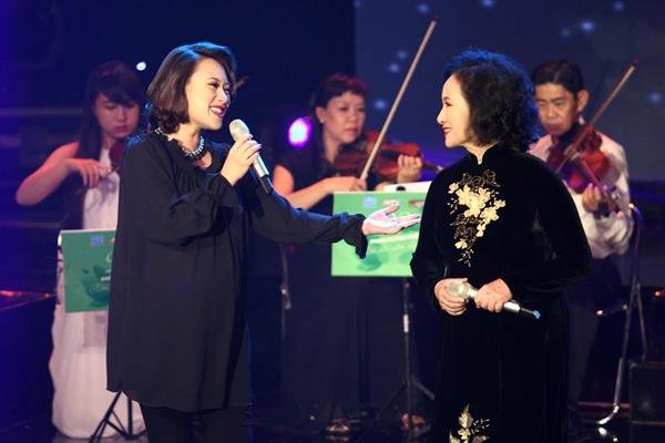 Ca sĩ Khánh Linh song ca cùng mẹ trong một chương trình năm 2014