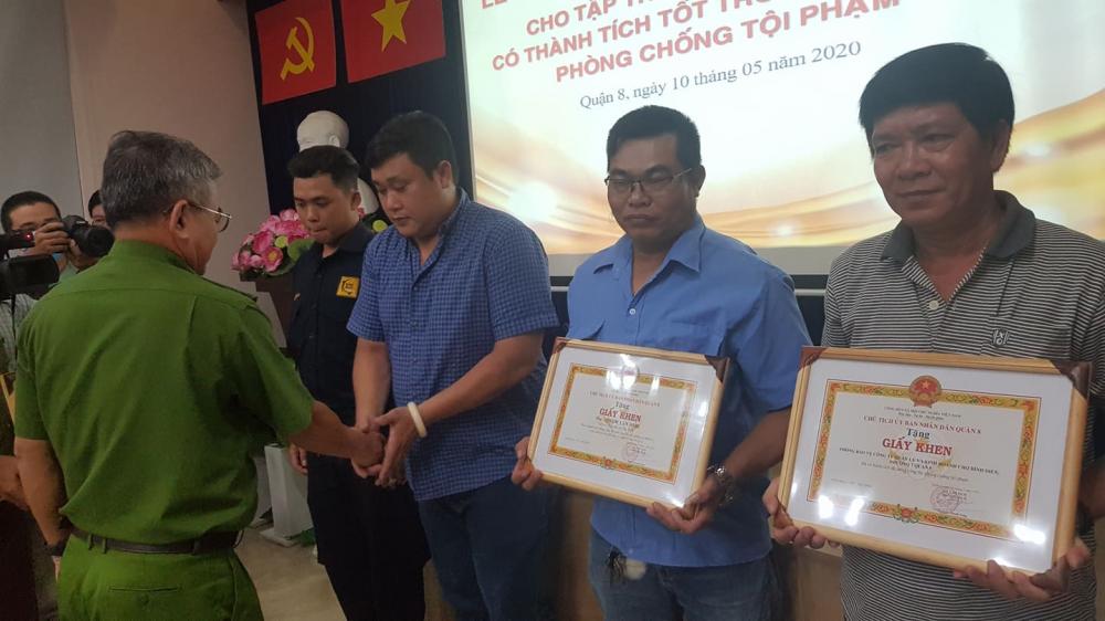 Khen thưởng 3 người dân bắt 2 đối tượng dùng súng điện cướp hơn 120 triệu đồng tiểu thương chợ Bình Điền.