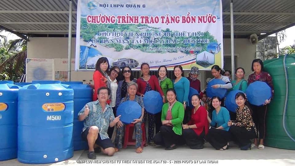 Bồn chứa nước sạch, tvật dụng mà các gia đình vùng hạn mặn đều rất cần đã được trao tặng các hộ khó khăn.