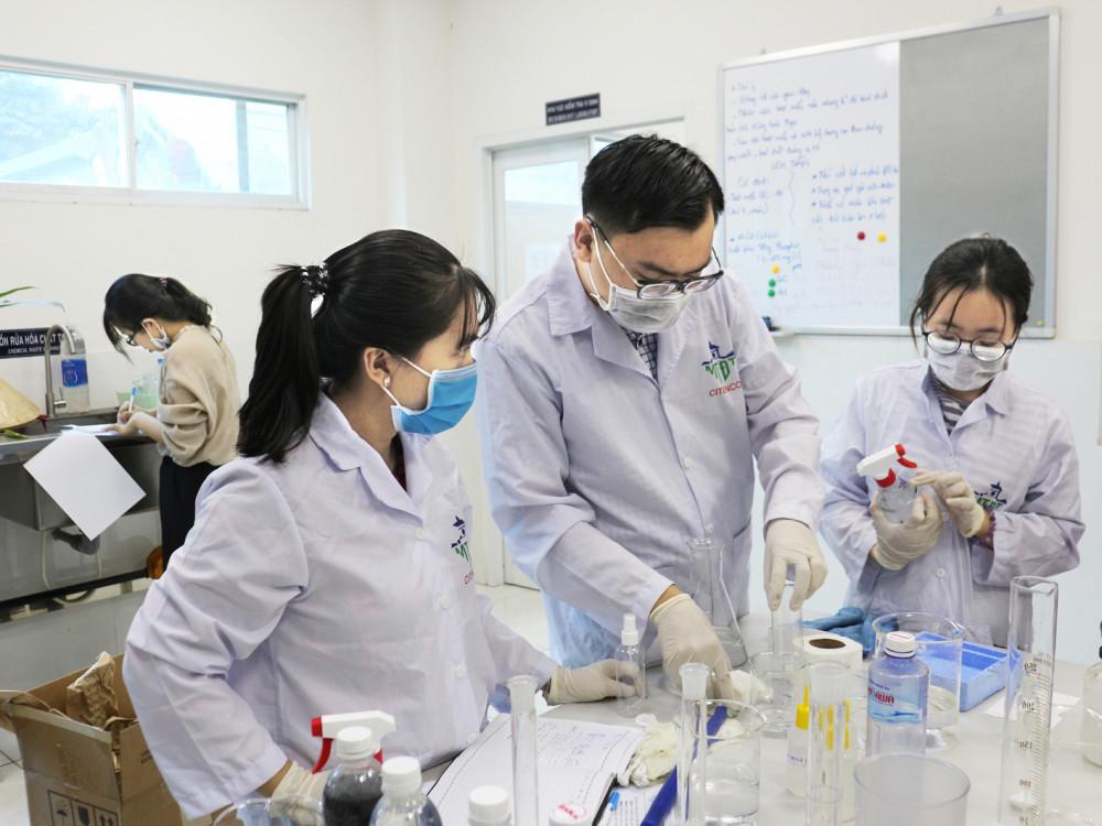 Bên trong phòng thí nghiệm, các kỹ sư, công nhân Citenco ngày đêm miệt mài điều chế, thử nghiệm sản phẩm - Ảnh: Môi trường Đô thị TP.HCM