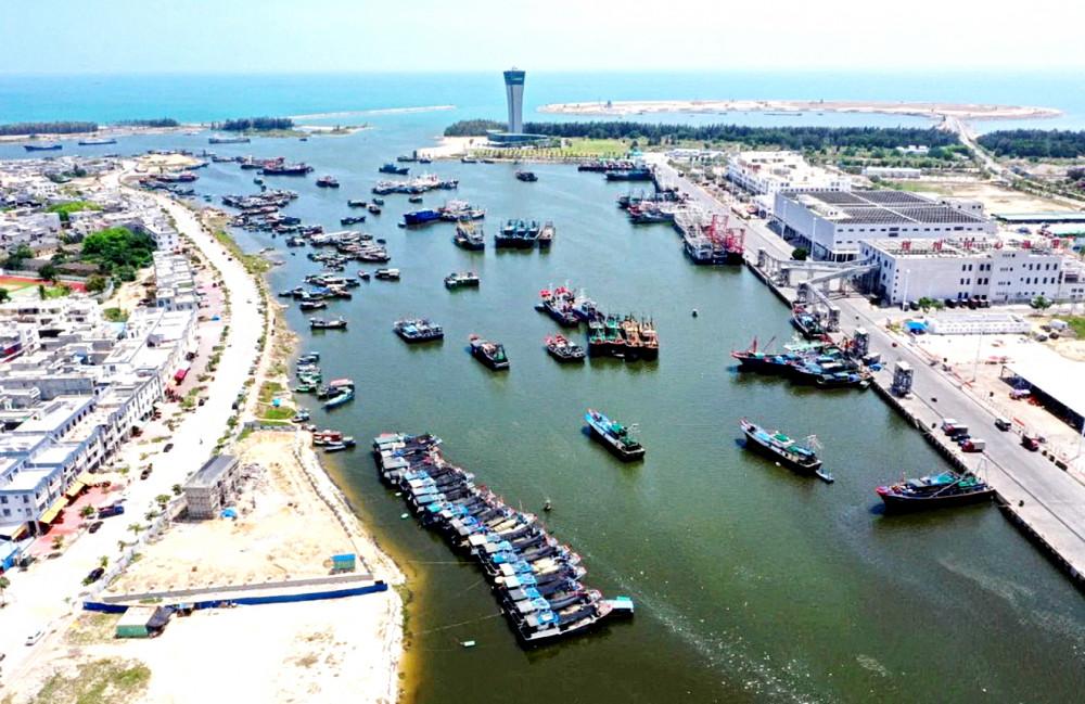 Tàu đánh cá Trung Quốc neo đậu ở cửa biển Sanya, đảo Hải Nam - Ảnh: Tân Hoa Xã