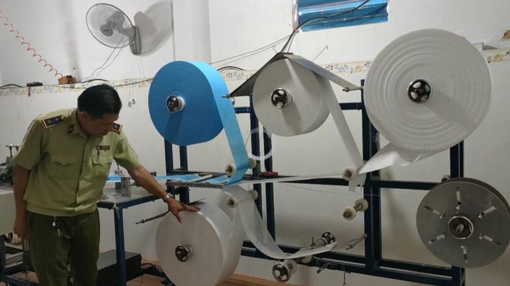 Dây chuyền sản xuất khẩu trang tại một cơ sở vi phạm bị lực lượng QLTT phát hiện