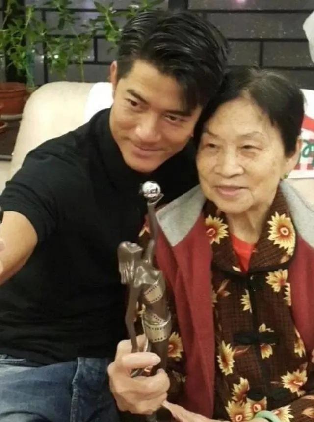 Quách Phú Thành và mẹ lúc bà còn sinh thời