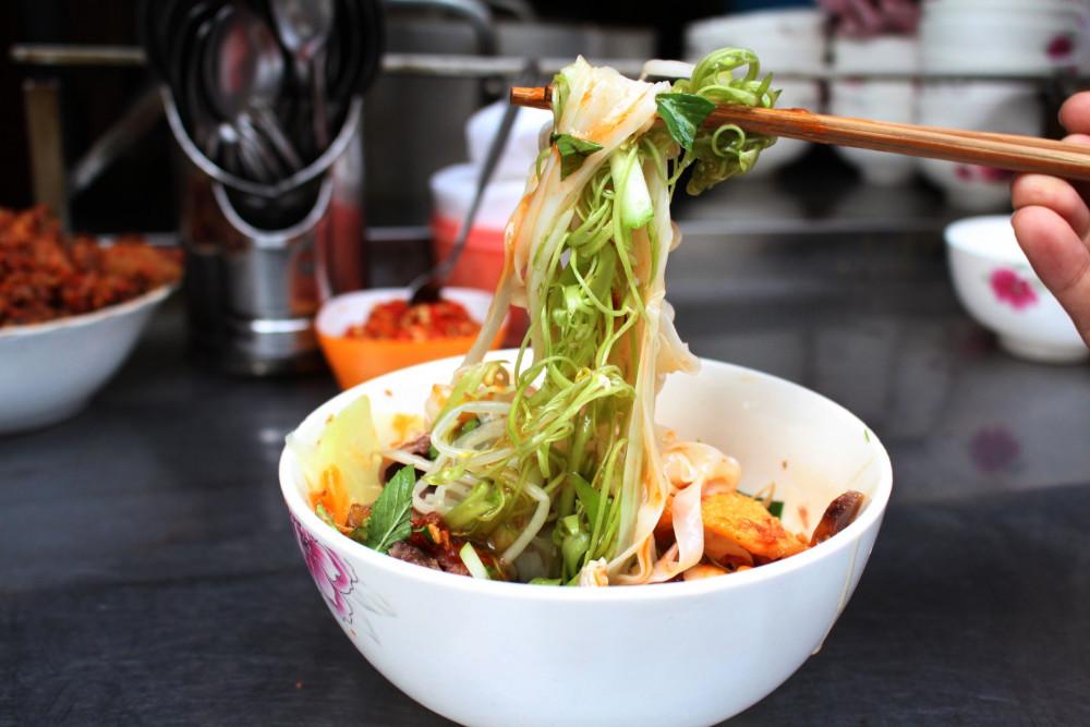 Cách thưởng thức món ăn trọn vị nhất là trộn đều, sao cho các thành phần đều được áo đều thứ nước sốt đặc trưng của món ăn.