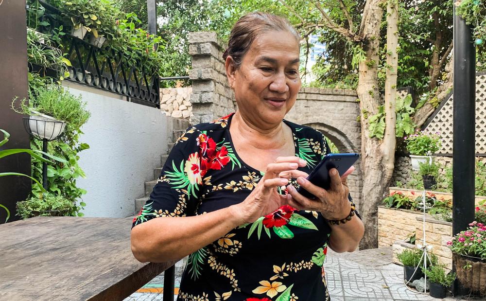 Thật khó khăn khi chỉ mẹ dùng điện thoại thông minh, dù chỉ là những bước cơ bản. Ảnh minh họa