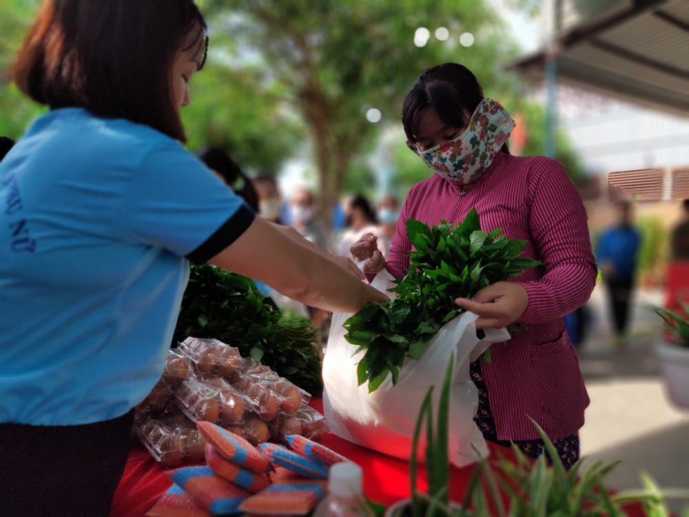 Chị em nhận rau nhà trồng, các loại thực phẩm khô và sản phẩm dùng trong nhà bếp do cán bộ Hội phường Thới An tự tay làm.