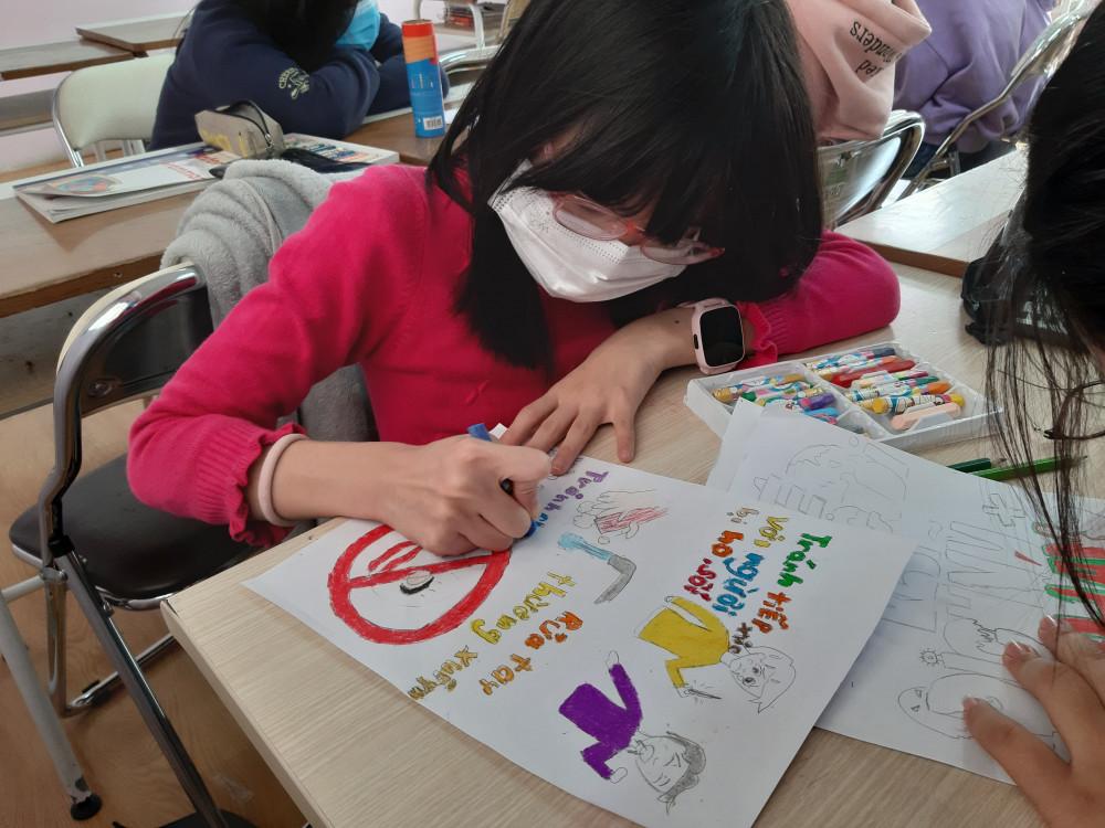Học sinh vẽ tranh