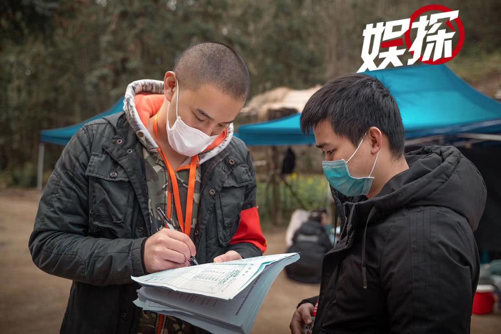 Thành viên đoàn phim thực hiện kê khai y tế trước khi bắt tay vào việc