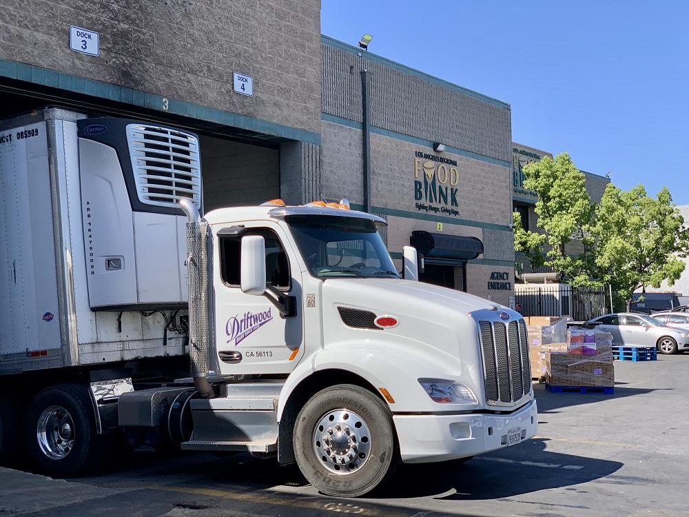 Xe của Nhà máy Driftwood vận chuyển sữa đến trụ sở của Food Bank tại khu vực Los Angeles