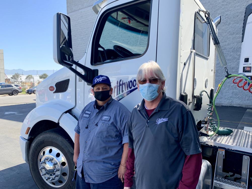 Các nhân viên của Driftwood trực tiếp giao sữa đến L.A Food Bank