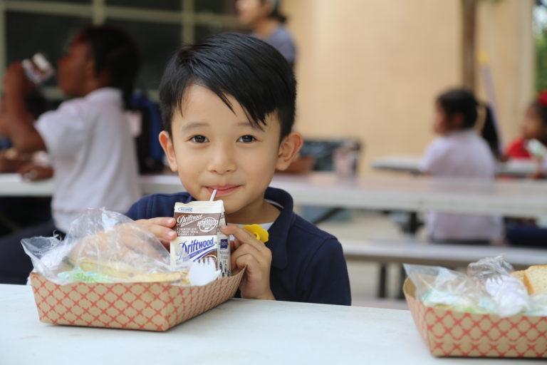 Trẻ em là một trong những đối tượng thụ hưởng chính của chương trình hỗ trợ thực phẩm miễn phí (nguồn ảnh: L.A Food Bank)