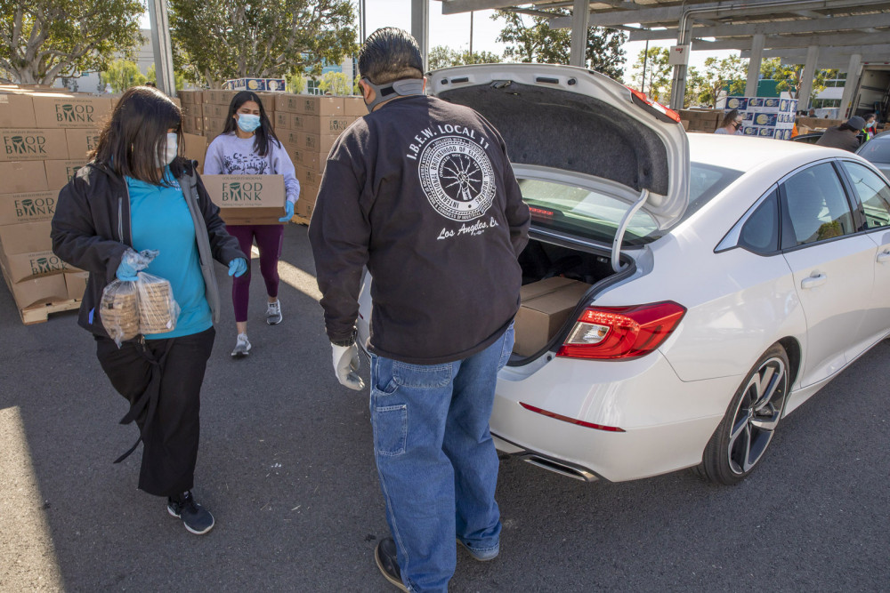 Người dân đến các trạm phân phối thực phẩm để nhận hỗ trợ trong đại dịch COVID-19