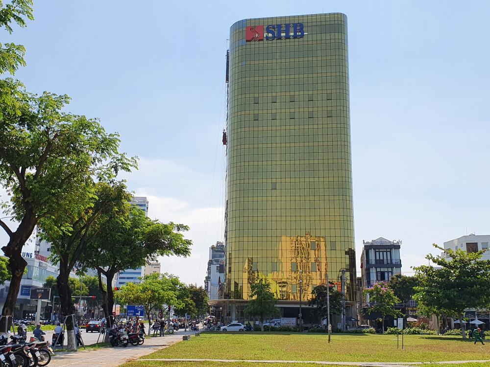 Cao ốc dát kính vàng của ngân hàng SHB án ngữ ngay tuyến đường Nguyễn Văn Linh