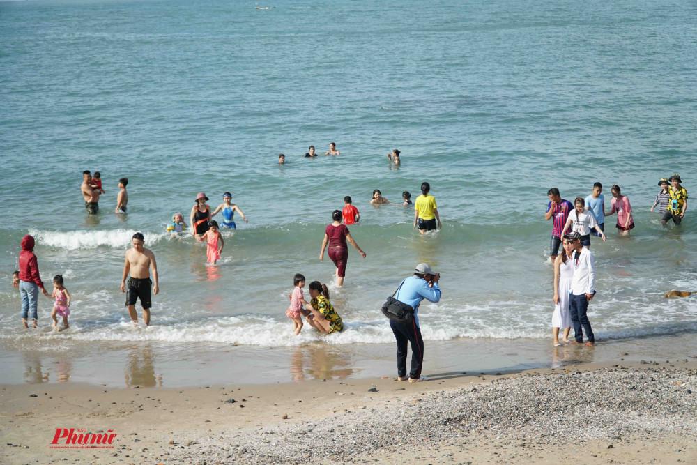 Thời tiết nóng bức, nhiều người tắm biển ngay giữa trời nắng. Ảnh: Tam Nguyên
