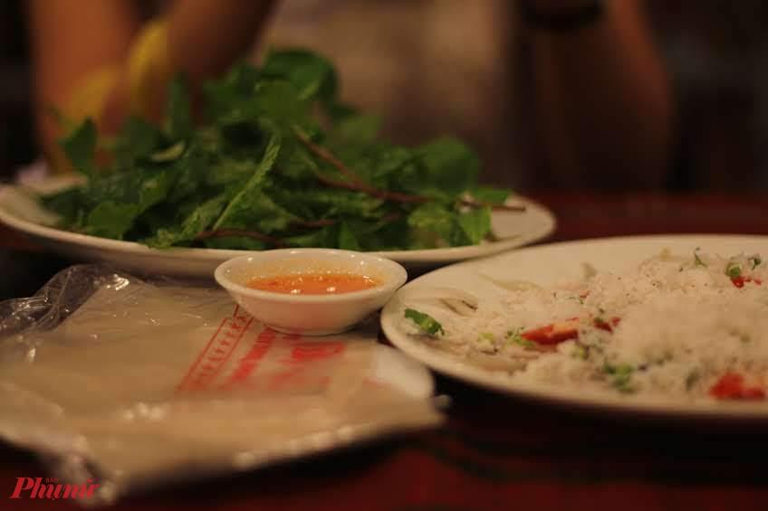 Rau ăn kèm gỏi cá giỏi là rau thơm để khắc chế mùi tanh.