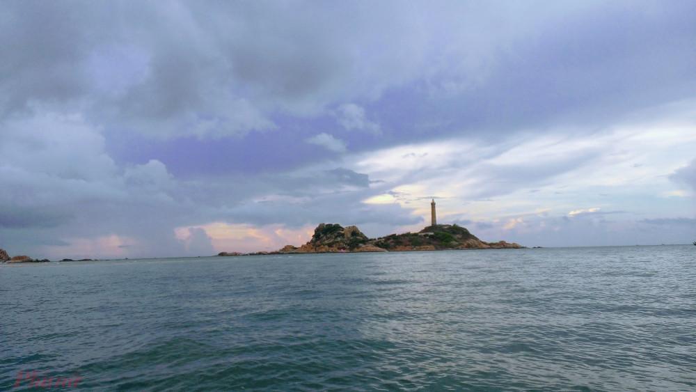Hải đăng Kê Gà nhìn từ xa