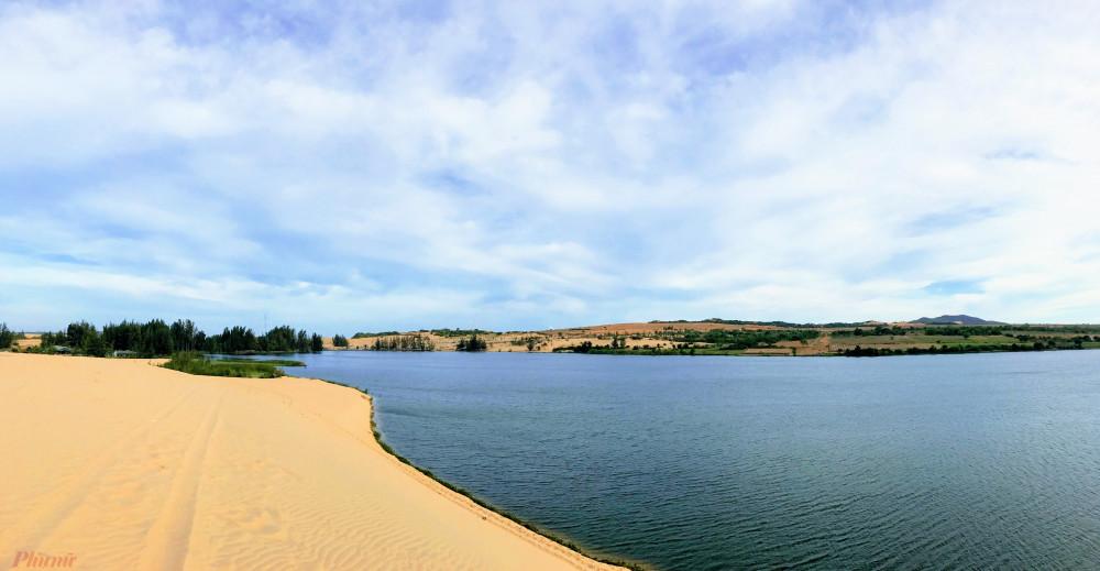 Bàu Trắng tuyệt đẹp với biển xanh, cát trắng
