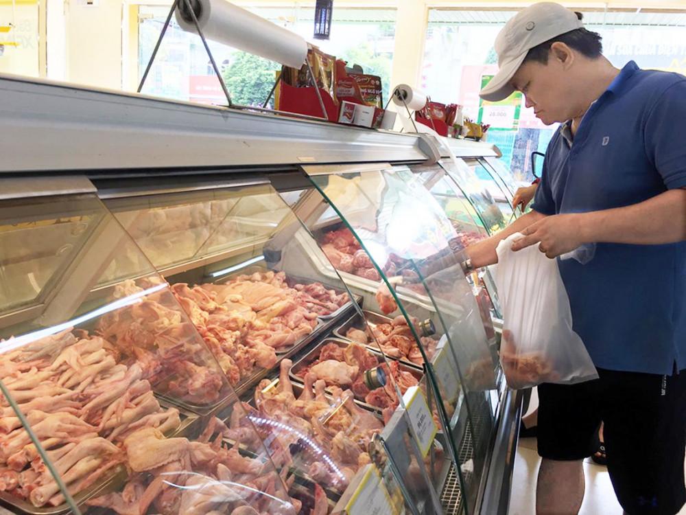Dù giá gà tại trại chăn nuôi thấp nhưng người tiêu dùng vẫn phải mua gà bán lẻ ngoài thị trường với giá cao
