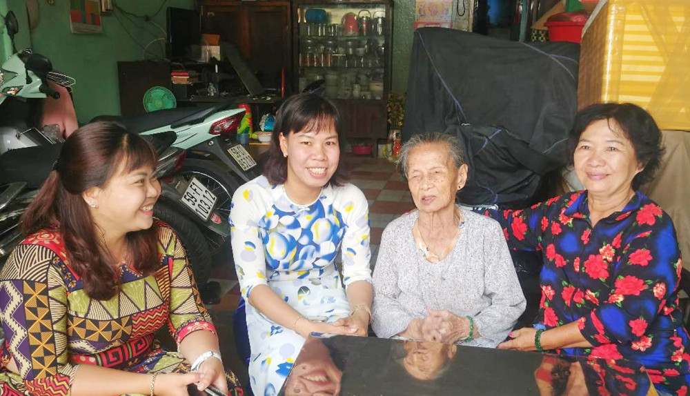 Hội LHPN phường đến thăm, động viên dì Mai tiếp tục vươn lên trong cuộc sống, gắn bó, đồng hành cùng Hội