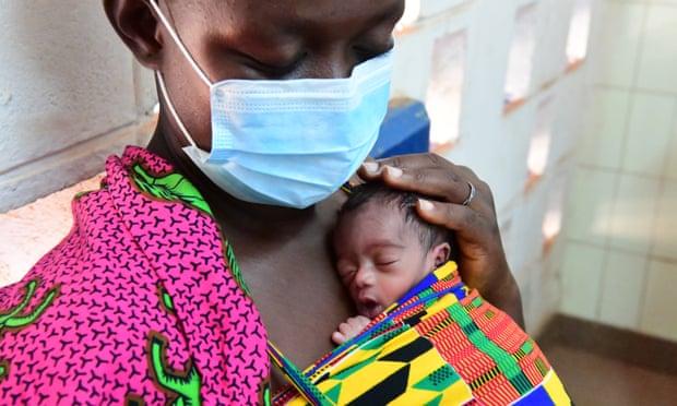 Soro Sali (39 tuổi) tại bệnh viện khu vực Korhogo, Bờ biển Ngà. Chị dâu của Soro đã chết sau khi sinh ba, vì vậy cô và ba chị em gái khác đang chăm sóc các em bé 10 ngày tuổi.