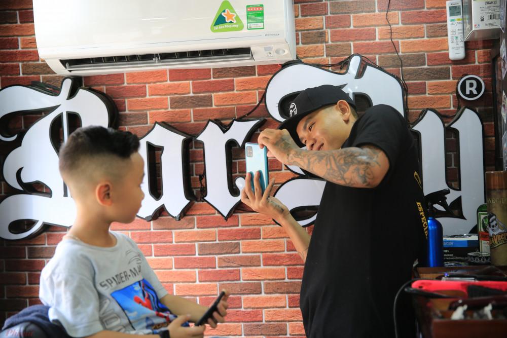Sự xuất hiện của chiếc xe cắt tóc lưu động ở khu vực quận Gò Vấp, TPHCM làm nhiều người thích thú.
