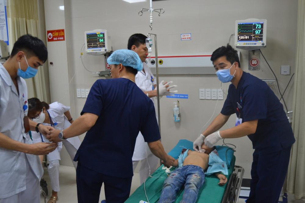Các bác sỹ dốc toàn lực cấp cứu bệnh nhi.