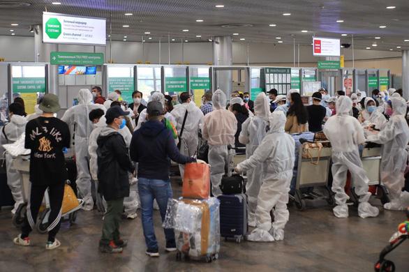 Các công dân Việt Nam chờ làm thủ tục tại sân bay.