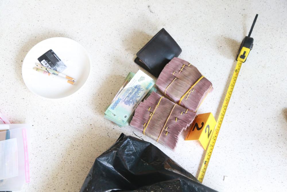 Một số lượng tiền lớn và ma túy được thu giữ tại hiện trường