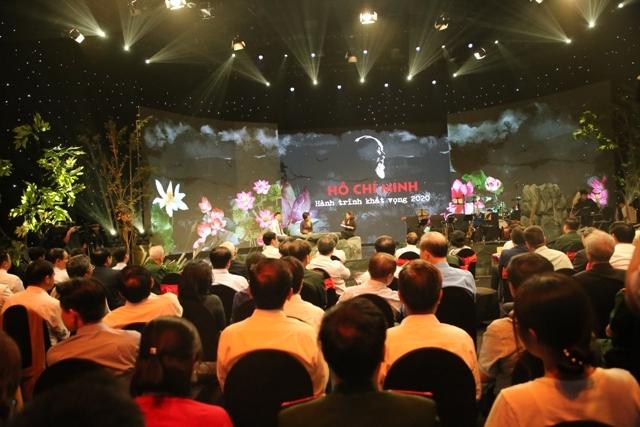 Tại Chương trình khán giả đã được giao lưu trực tiếp với các điển hình tiên trong việc học tập và làm theo tư tưởng, đạo đức, phong cách Hồ Chí Minh... (Ảnh: K.T)