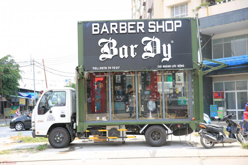 Chiếc xe lưu động cắt tóc miễn phí xuất hiện ở chung cư Khang Gia, quận Gò Vấp, TPHCM vào chiều 12/3.