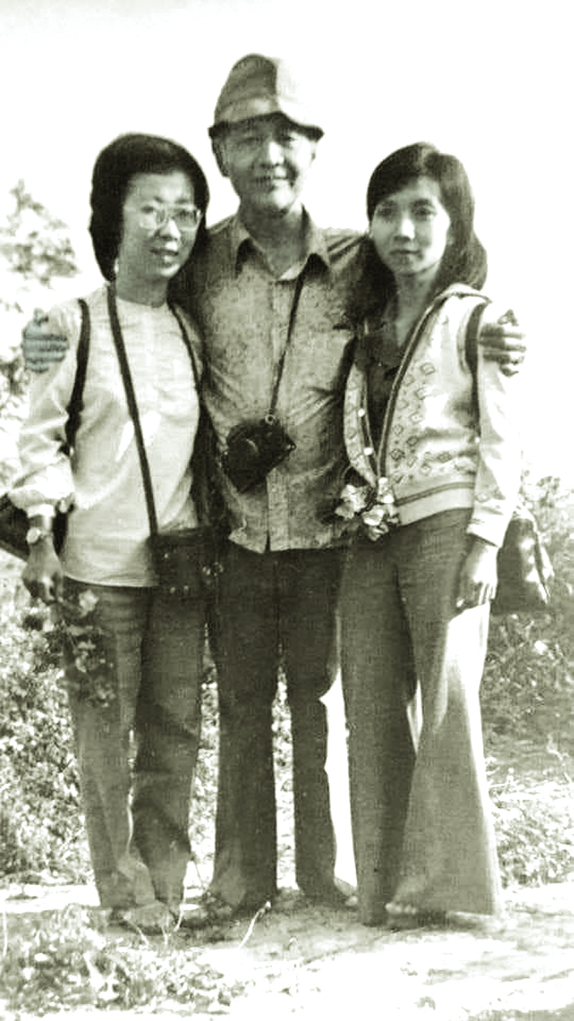 Phóng viên Bạch Mai (bìa trái) trong chuyến công tác ở Mặt trận 479, Campuchia, năm 1980
