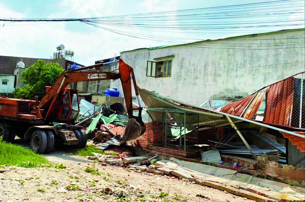 Một căn nhà không phép, lấn chiếm hệ thống thoát nước ở xã Vĩnh Lộc A bị cưỡng chế, phá dỡ sáng 12/5