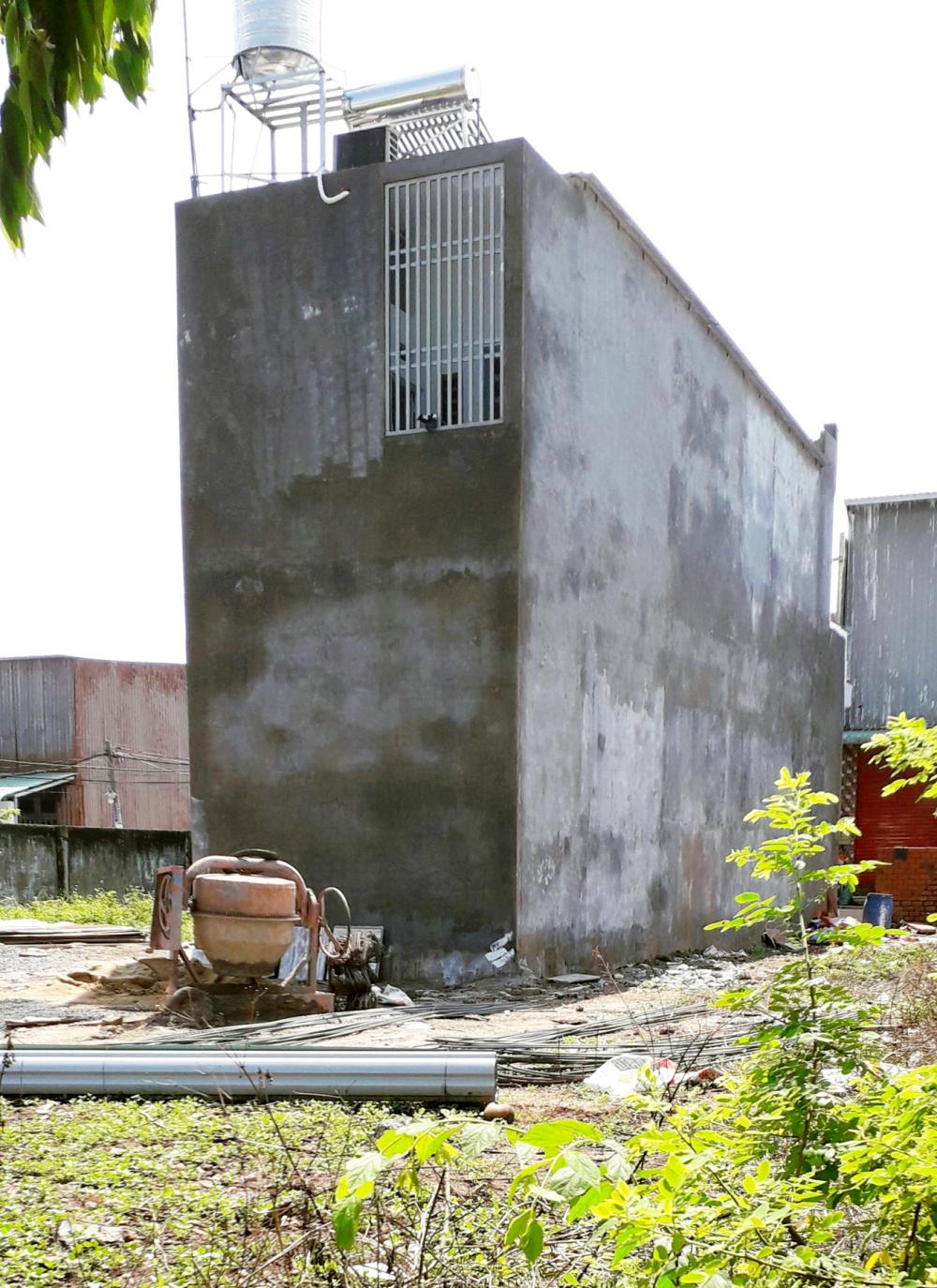 """Căn nhà bề thế này được bà tổ trưởng tổ nhân dân dùng để chứng minh """"quyền lực"""" về xây nhà không phép nhưng không bị xử lý. Hình ảnh căn nhà đã được chúng tôi chuyển cho UBND xã Vĩnh Lộc A xác minh"""