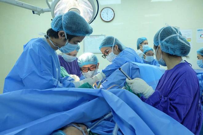 Bác sĩ sẽ chích rạch màng trinh hoặc có thể phải tạo hình phần đầu âm đạo.