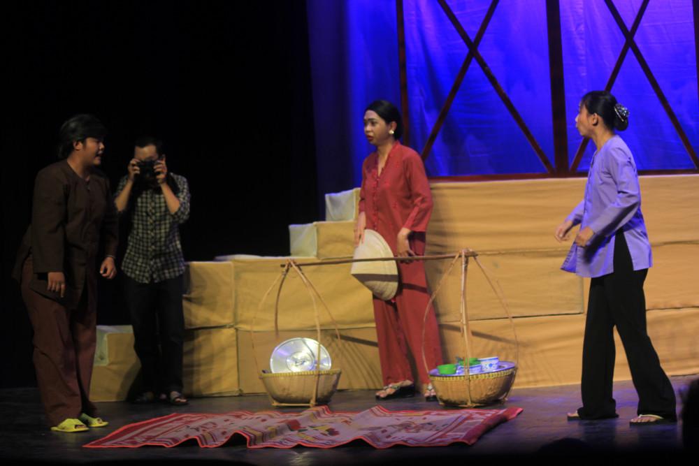 Các sân khấu tái hoạt động vào cuối tháng 5.