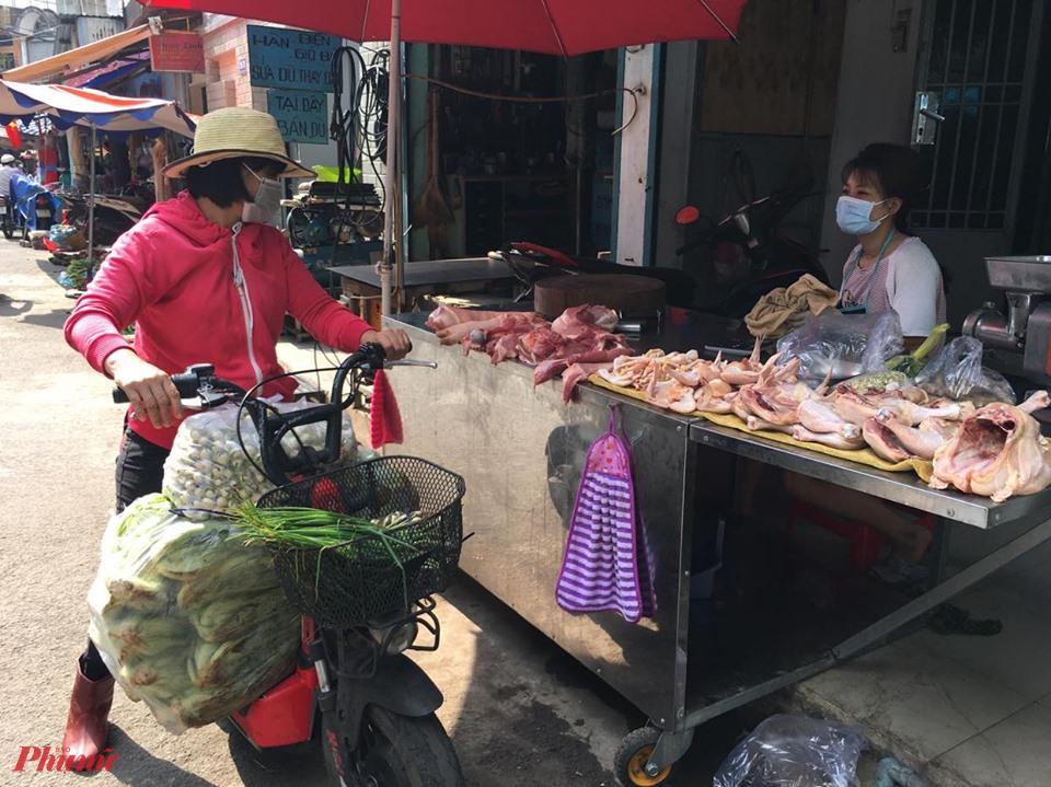 Giống như thịt heo, việc phân phối thịt gà qua các khâu trung gian khiến giá đến tay người tiêu dùng bị đẩy lên khá cao