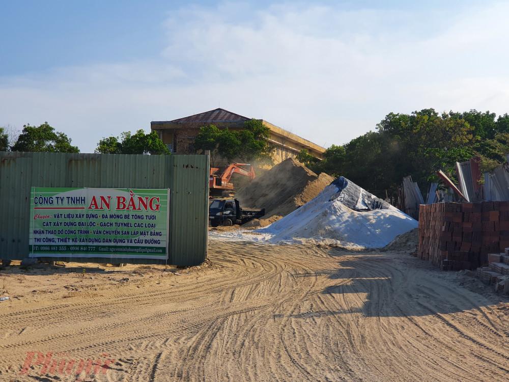 Trong bãi tập kết vật liệu xây dựng còn có cát trắng
