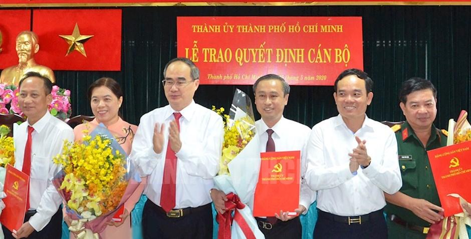 Bí thư Thành ủy TPHCM Nguyễn Thiện Nhân và các đồng chí lãnh đạo TP tặng hoa các đồng chí được chỉ định Ủy viên Ban Chấp hành Đảng bộ TP
