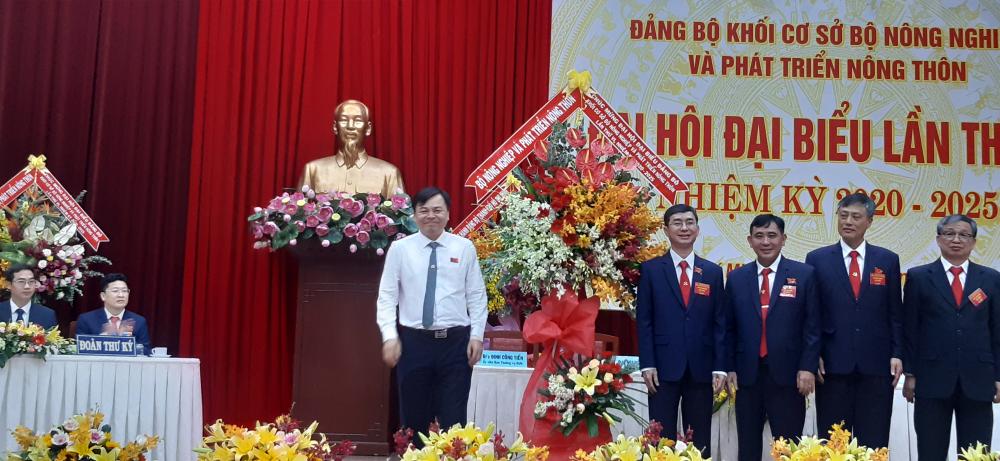 Ông Nguyễn Hoàng Hiệp- Thứ trưởng Bộ Nông nghiệp và Phát triển Nông thôn(bên trái) tặng hoa chúc mừng Đại hội.