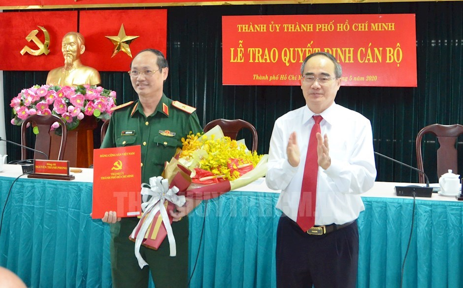 Bí thư Thành ủy TPHCM Nguyễn Thiện Nhân trao quyết định và hoa chúc mừng Thiếu tướng Nguyễn Văn Nam