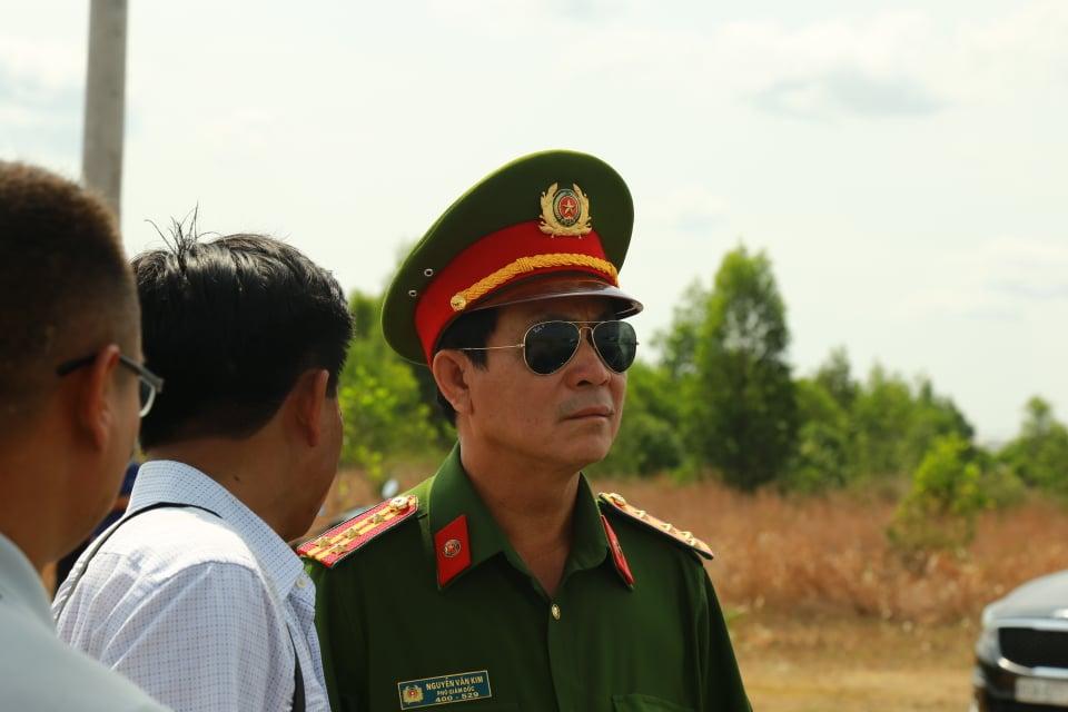 Đại tá Nguyễn Văn Kim có mặt tại hiện trường trực tiếp chỉ đạo các đơn vị nghiệp vụ khẩn trương điều tra làm rõ nguyên nhân vụ sập tường gây xôn xao dư luận này. Ảnh: Quang Long.
