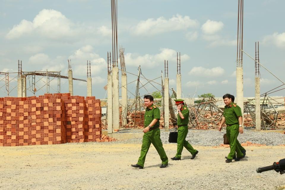 Công an khám nghiệm hiện trường sáng 15/5. Ảnh: Quang Long.