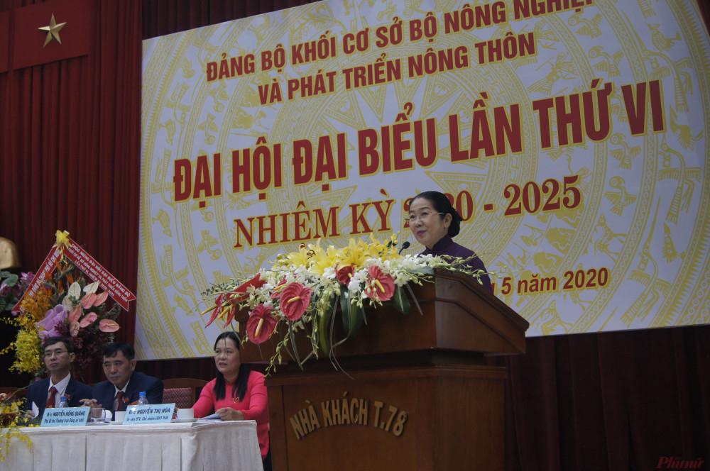 à Võ Thị Dung - Phó bí thư Thành ủy đánh giá cao và chúc mừng những thành quả mà Đảng bộ Cơ sở Khối đã đạt được trong nhiệm kỳ qua